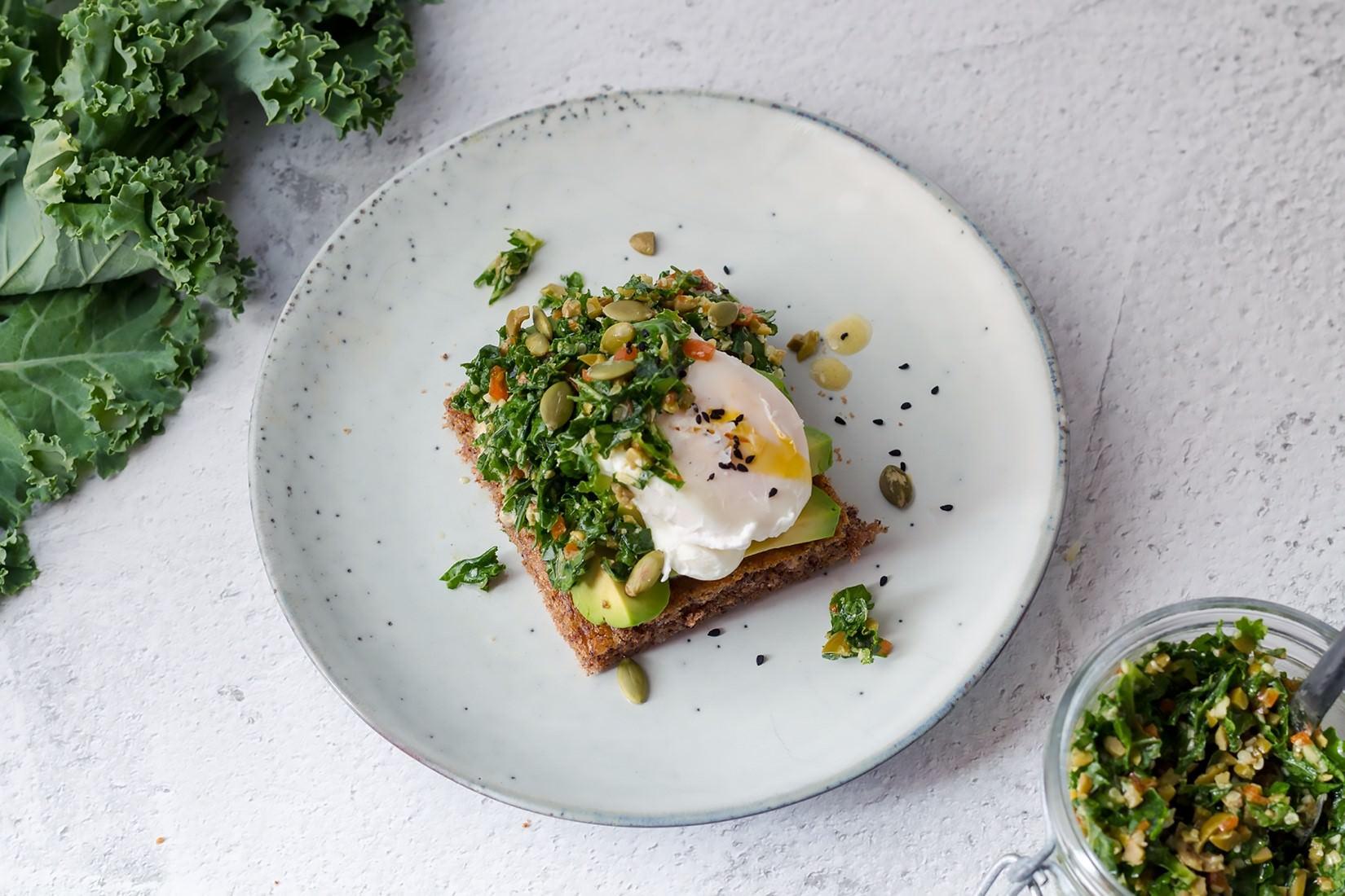 Tost z jarmużowego tapenade, awokado i poszerowanego jajka, chleb lchf